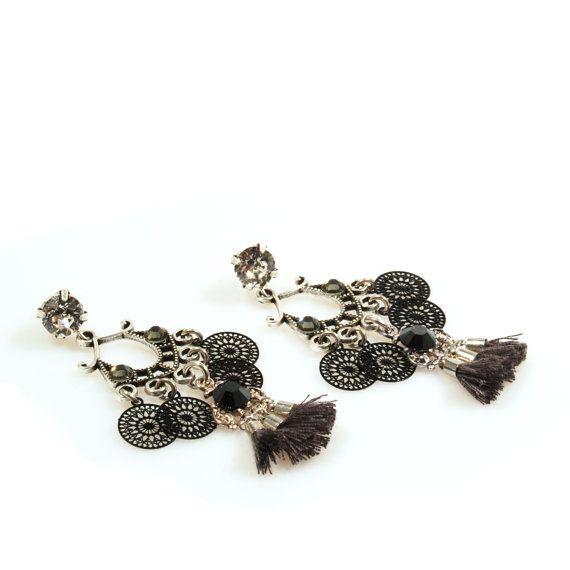 Kwastjes oorbellen zwart grijs, Swarovski oorbellen voor kerst, dames cadeau handgemaakt, gypsy sieraden OOAK, lange oorbellen boho stijl