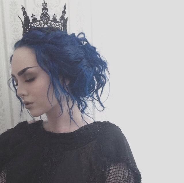 Nu Goth, not really my look but very beautiful. I love love love the blue of her hair.