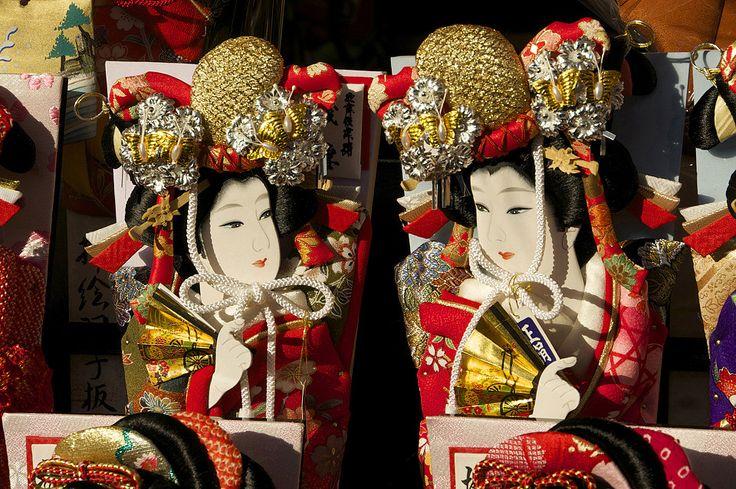 江戸時代から300年以上続く年末「歳の市」華やかな羽子板市