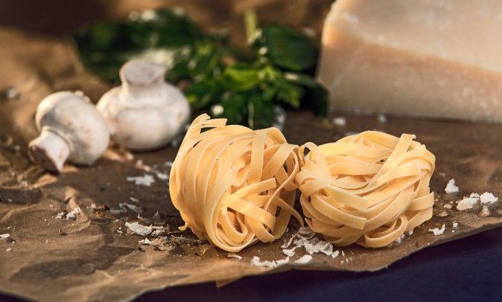 Hemlagad pasta med en gräddig sås på färsk svamp. Använd kantareller, trattkantareller eller karljohansvamp.