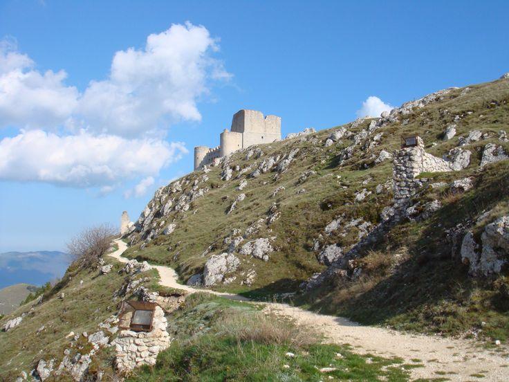 La bellissima Rocca Caloscia vista dal basso.