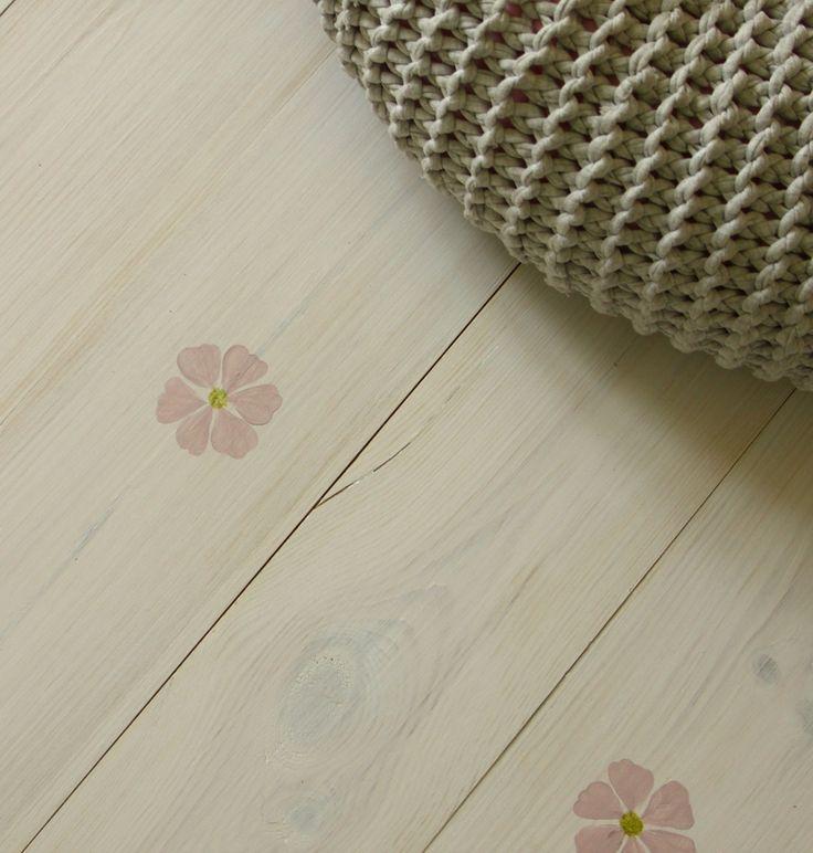 Halványrózsaszín clematis került erre a kicsit nőiesebb vonalon mozgó hajópadlóra - home decor - women's wardrobe - wood floor - haind-painted