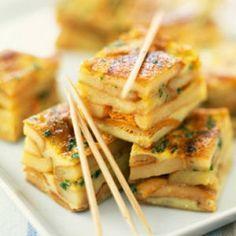 """MENU EUSKARA │ PINTXOS ■ TORTILLA • A cheval sur les plaines de Navarre et le piémont pyrénéen, le Pays basque voit sa gastronomie influencée par la cuisine espagnole. La tortilla en est un exemple. Pour la mettre à la """"sauce basque"""", on saupoudre cette préparation à base de pomme de terre, d'oeufs et d'oignons d'un peu de piment d'Espelette avant de la servir, découpée en dés, à l'apéritif"""