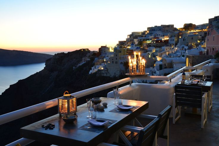 Make your proposal to your loved one in the most romantic scenery! #Canfelight #Santorini #ArtMaisons