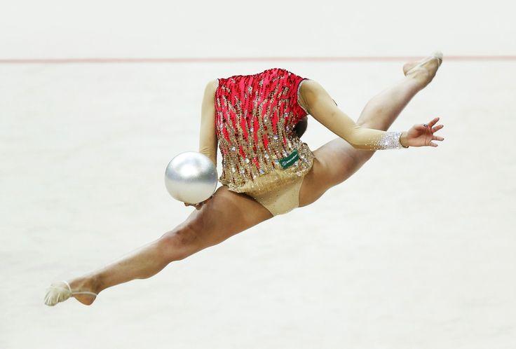 Российская спортсменка Маргарита Мамун во время выступления на чемпионате Европы по художественной гимнастике, Минск, Белоруссия.