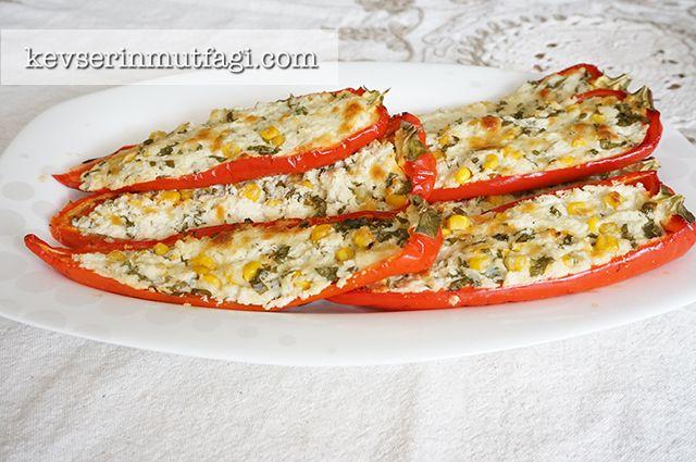 Peynirli Biber Sandal - Malzemeler: 4-5 adet kırmızı biber, 300 gr beyaz peynir veya lor peyniri, 1 su bardağı ince rendelenmiş kaşar peyniri
