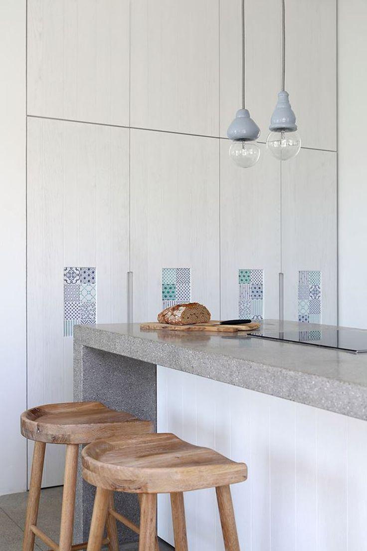 Cuisine en blanc, moderne, équipée et ouverte qui suit le style intérieur de cette maison de vacances