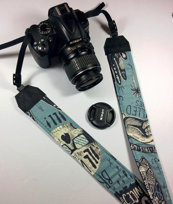 Tracolla per fotocamera SLR, DSLR, imbottita, in cotone americano celeste fantasia surf e teschi. Tracolla fotocamera unisex