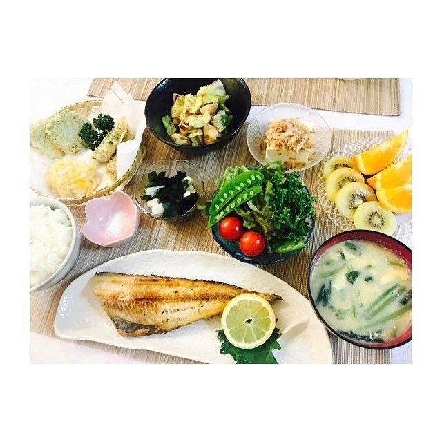 やっぱり筍美味いー ・ ・ #天ぷら盛り合わせ(#筍#とうもろこし#玉ねぎ) #ホッケの塩焼き #とりキャベツのあっさり炒め #ほうれん草と卵味噌汁 #冷奴#長芋とワカメのお浸し #🥝#🍊 #おうちごはん#夜ご飯#夜食#和食#健康#野菜#肉#手作りごはん#料理#自炊#5月#dinner#japanesefood#fish#food#cooking#food#happy#May