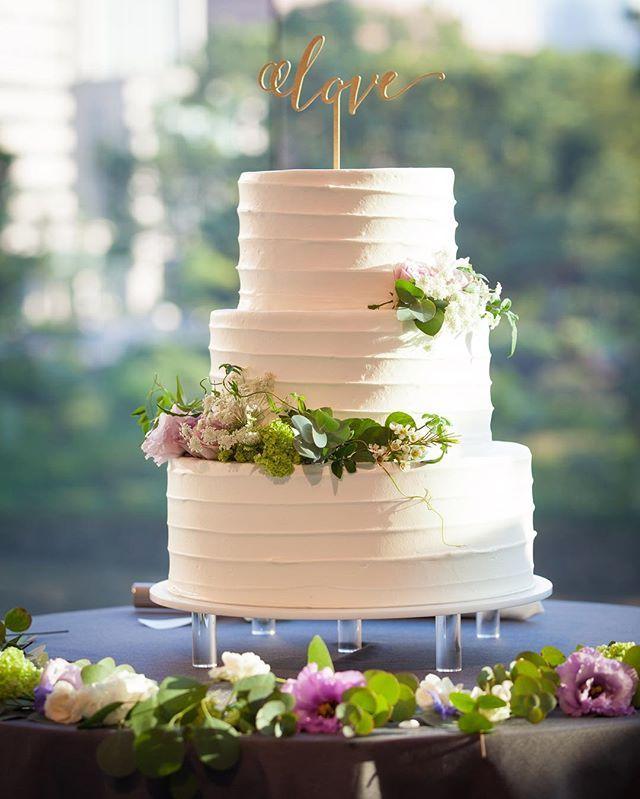 weddingcake . ナチュラルなガーデンウェディングのようなケーキにしたくて、いちごケーキのいちごなしで、お花やグリーンをのせてもらいました ゲストは90名程でしたが、三段が理想だったので100名分のお値段で三段に . 直前にeymさんで理想のloveのケーキトッパーを見つけてテンション上がりました 木製のケーキトッパーとっても可愛いかったです✨ . #weddingcake#caketopper #cake#love#ウェディングケーキ#ケーキ#ケーキトッパー#ケーキ装花#装花#テーブル装花#三段ケーキ#葵西#ガーデンウェディング#ナチュラル#グリーン#パープル#ウェディングニュース#farnyレポ#marry花嫁#juno4u#卒花嫁#プレ花嫁#eym #eymwedding#weddingtbt