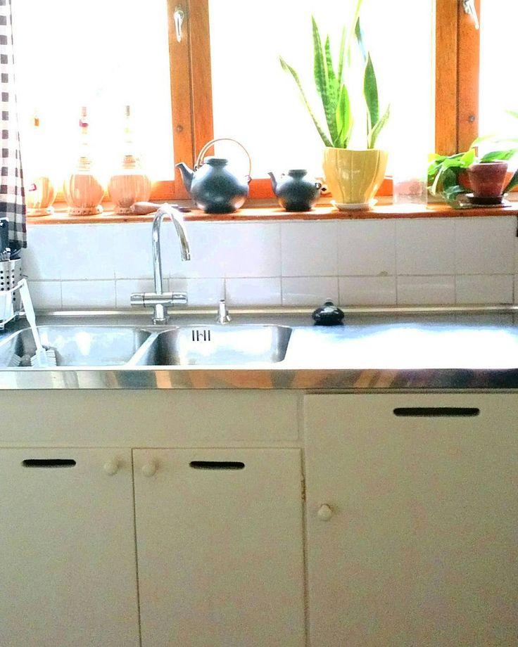 Aino Aallon kädenjälki näkyy Aaltojen kotitalon (1936) keittiössä. Keittiökalusteet ovat alkuperäiset  ja palvelevat edelleen päivittäisessä käytössä talossa järjestettävissä tilaisuuksissa. Keittiön edustalle on ajalle tyypilliseen tapaan sijoitettu tarjoiluvälikkö. Sen ja ruokasalin välillä on Aino Aallon suunnittelemat kaapistot jotka aukeavat käytännöllisesti molempiin suuntiin sekä saliin että välikköön. Keittiössä on tehty kevyitä modernisointeja esimerkiksi vuoden 2000 restauroinnin…