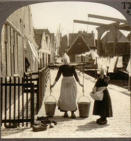 1910-1920. Aan de was. Doing the washing.