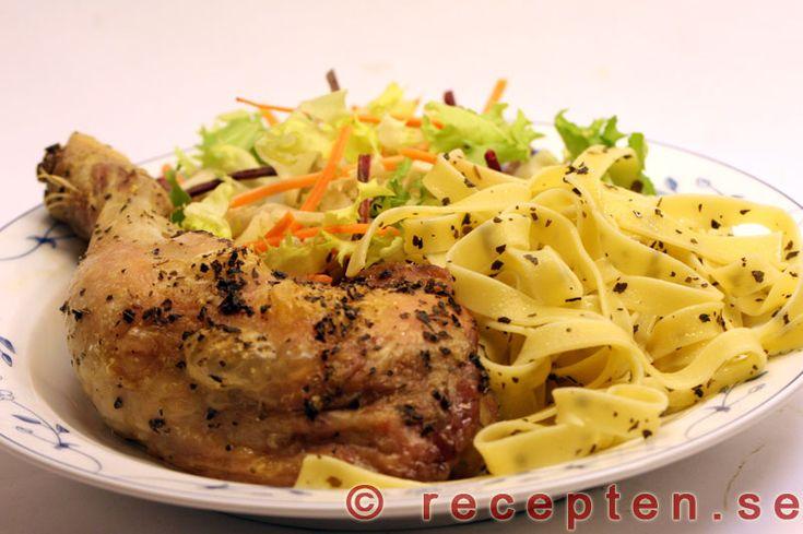Basilikakyckling med tagliatelle - Enkelt recept med kycklingklubbor. Basilika och olivolja ger god smak tillsammans med tagliatelle.