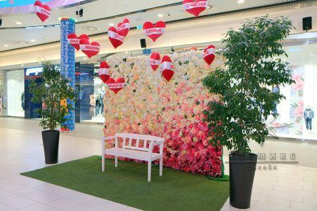 Фотозона из цветов для фотосессии в торговом комплексе