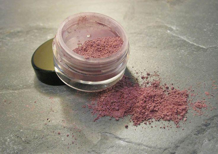 Uroda: Naturalne kosmetyki do makijażu - http://kobieta.guru/naturalne-kosmetyki-do-makijazu/ - W drogeriach znajdziemy mnóstwo produktów do makijażu wielu renomowanych firm. Niestety, w ich składzie odnajdziemy substancje mogące podrażnaić i wysuszać naszą skórę. Naturalne produkty do makijażu są trudno dostępne, dlatego mamy dla Ciebie przepisy na ich stworzenie.  Czytając nasze poprzednie artykuły już pewnie zdążyłaś zauważyć, że kochamy naturalne