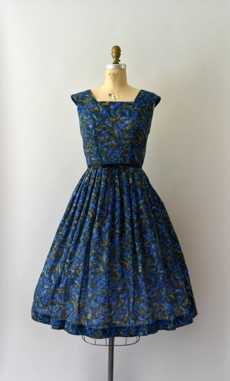 Vintage jurk van de jaren 1950, diepblauwe wervelende paisley in een lichtgewicht katoen/nylon mix, ingerichte bodice, vierkante hals afgetopte mouwen, ingerichte taille, volledige rok, verborgen terug metalen rits  ---M E EEN S U R E M E N T S---  Pasvorm/grootte: kleine  Bust: 36 Taille: 26 Heupen: gratis Lengte: 43  Maker/merk: Voorwaarde: Groot met zeer lichte stapelen onder de armen, ook ontbrekende oorspronkelijke gordel…