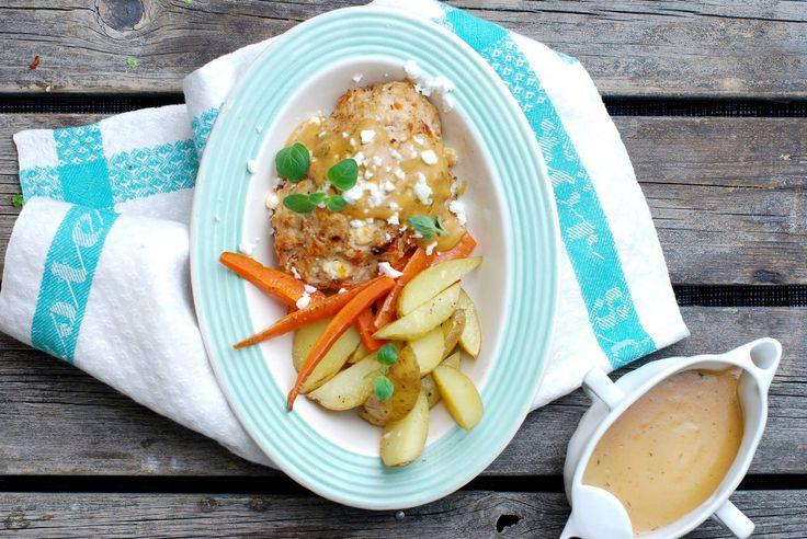 Kippengehaktrolletjes met geroosterde wortelgroenten en roomsaus