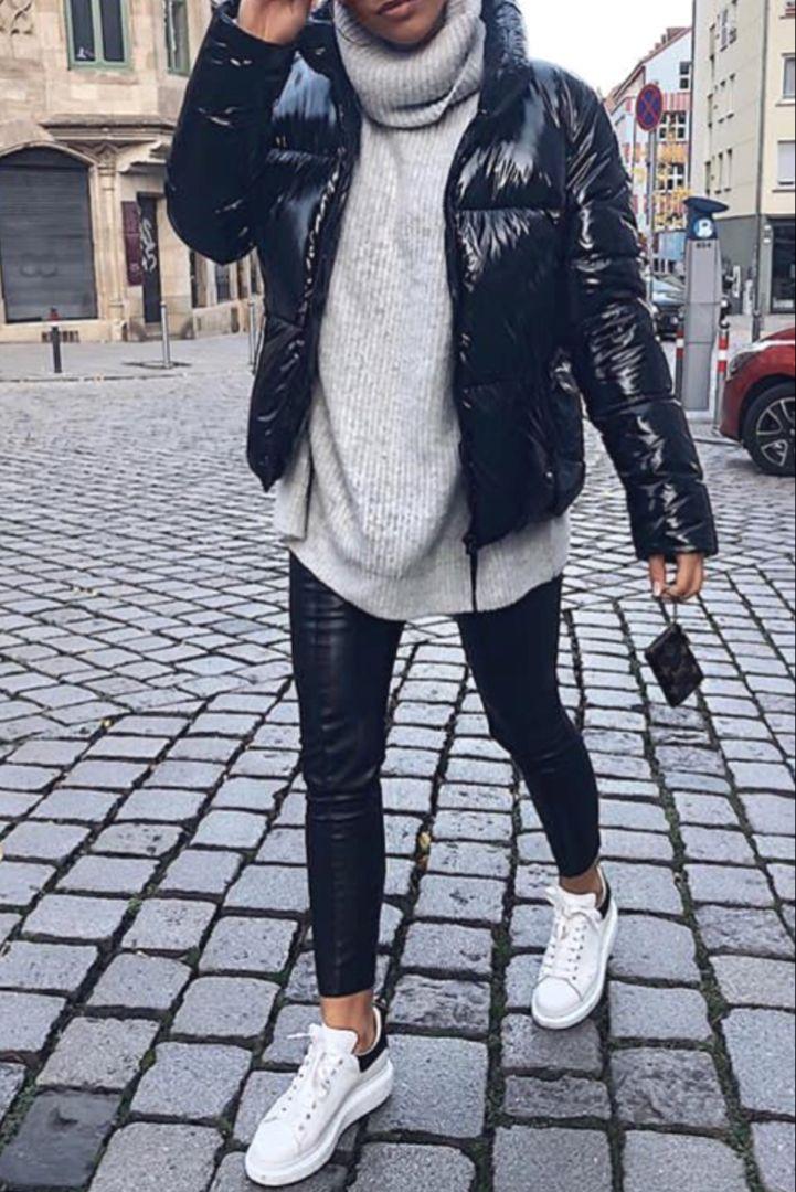 Mode femme automne/hiver avec un pantalon similicuir, un pull épais gris col roulé, des baskets blanche et une doudoune noire – Maria Kojola