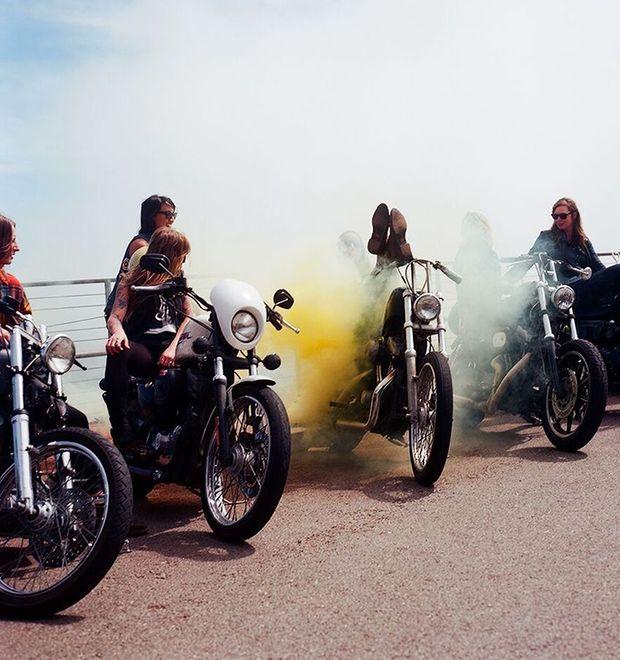 LA MOTOCYCLETTE: АМЕРИКАНСКАЯ ФОТОВЫСТАВКА ДОКАЗЫВАЕТ ПРАВО ДЕВУШЕК НАЗЫВАТЬСЯ БАЙКЕРАМИ