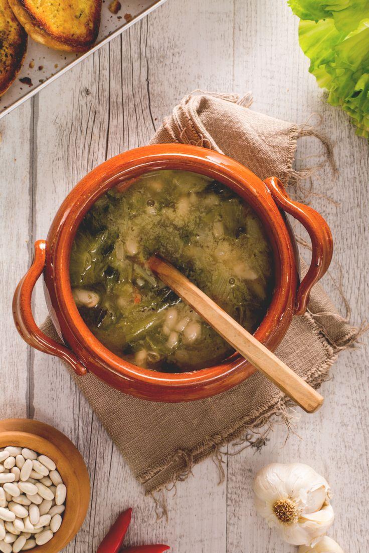 Fagioli e scarole: un classico della tradizione contadina, perfetto per scaldare le fredde giornate invernali! #Giallozafferano #recipe #ricetta #ricetteregionali