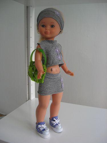 Conjunto moderno gris de minifalda, top y banda para pelo.