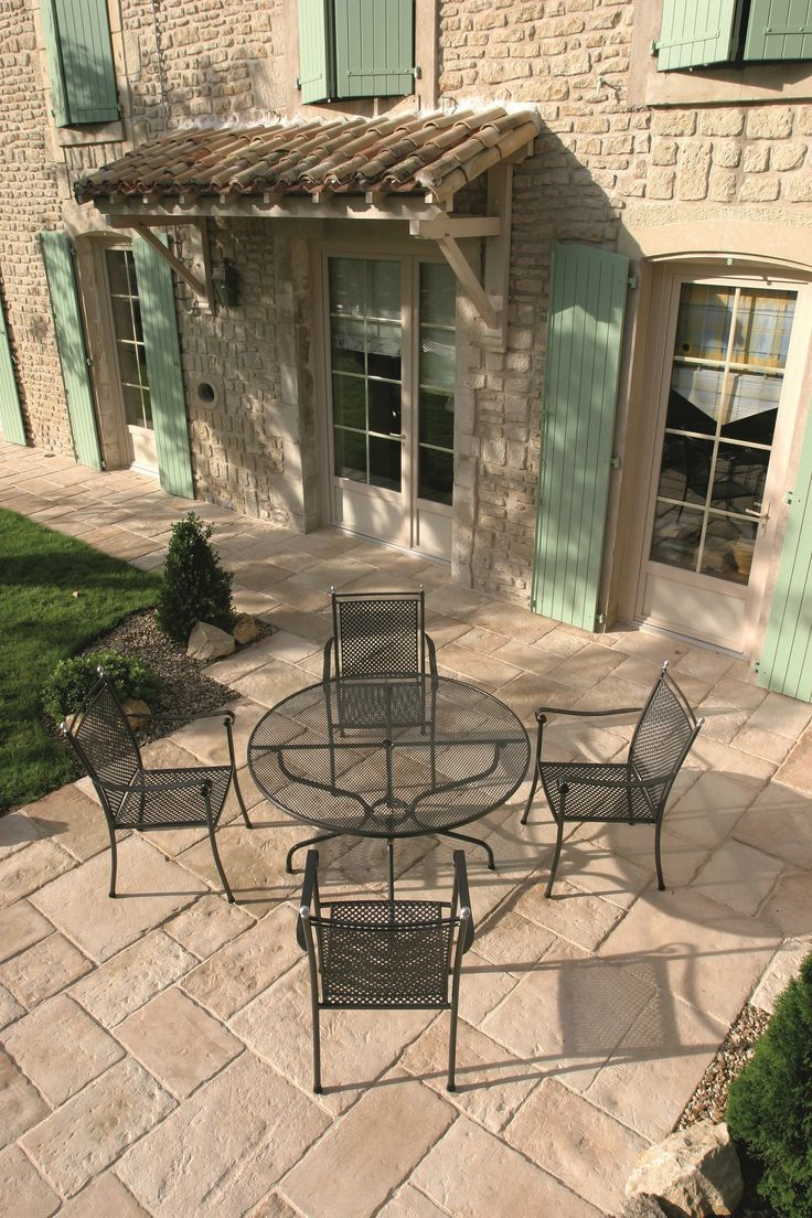 Aménagement d'une terrasse avec des dalles couleur sable pour un effet chaleureux.  #SAMSE #Dallage #Terrasse