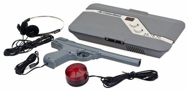 Action Max. - Esta consola intentó crear videojuegos con las populares cintas VHS de la época. Los usuarios interactuaban con un controlador que era una pistola de luz para disparar a objetivos en movimiento en la pantalla. Si bien en principio se mostraba revolucionario, su limitada interacción no ofrecía más que esto. Como era de esperar, sólo cinco juegos fueron lanzados para la Action Max.