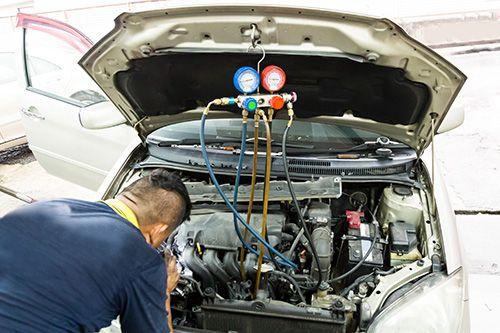 Советы о том, в каких ситуациях можно провести ремонт кондиционера автомобиля своими руками.