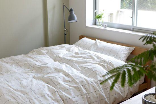 北欧テイストの爽やかなベッドファブリックすっきりとした白が気持ち良い、ベッドファブリックのご紹介です。デザインはどことなく北欧を感じさせるモノトーンがおしゃれで、生産はすべての工程が日本国内で行われています。面積が大きく、寝室の印象を左右する掛け布団カバーをお気に入りに変えれば、自然と心地よい眠りにつけるかもしれません。※こちらの商品はダブル(幅190/長さ210)となります。その他のサイズはこちら洗練された、シンプルデザインこちらはベースの白地にまっすぐ伸びる黒いラインが潔い、グラフチェック。色合いはモ