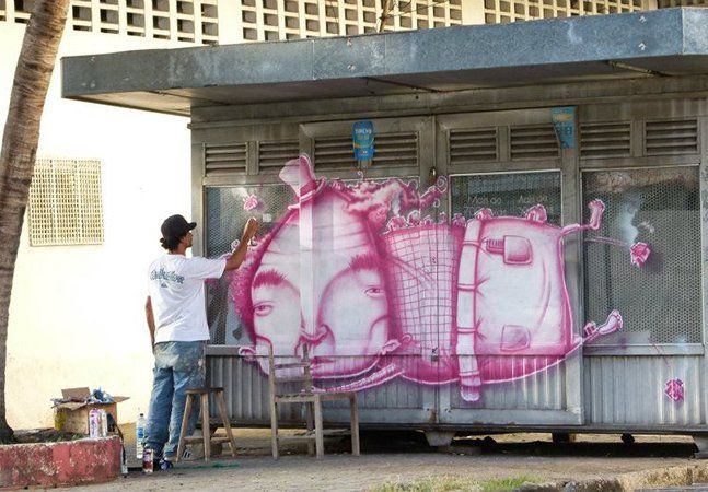 """Luz é de Fortaleza e é uma das (muitas) boas propostas da street art brasileira. Preocupado com o detalhe, mas também com o dinamismo e a cor, Luz acaba fazendo trabalhos bem alegres.Em entrevista ao Conexão Cultural, o artista diz buscar inspiração nas tarefas mais básicas do dia-a-dia, e por isso é atento ouvinte das conversas de rua. Luz cria muitas personagens, que divide em séries, entre """"o amor, a música, a educação, a moradia e a cultura regional"""".Imagens via"""
