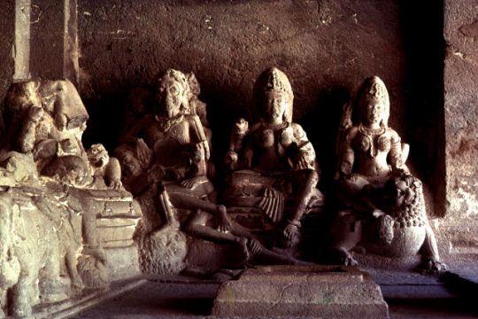 Situées dans le Maharastra, non loin d'Aurangabad, les grottes d'Ellorâ sont classées au patrimoine mondial de l'Unesco depuis 1983. C'est un véritable hommage à ces milliers d'ouvriers qui ont creusé la montagne pendant des siècles pour honorer leurs dieux. En image, le temple Kailasa.