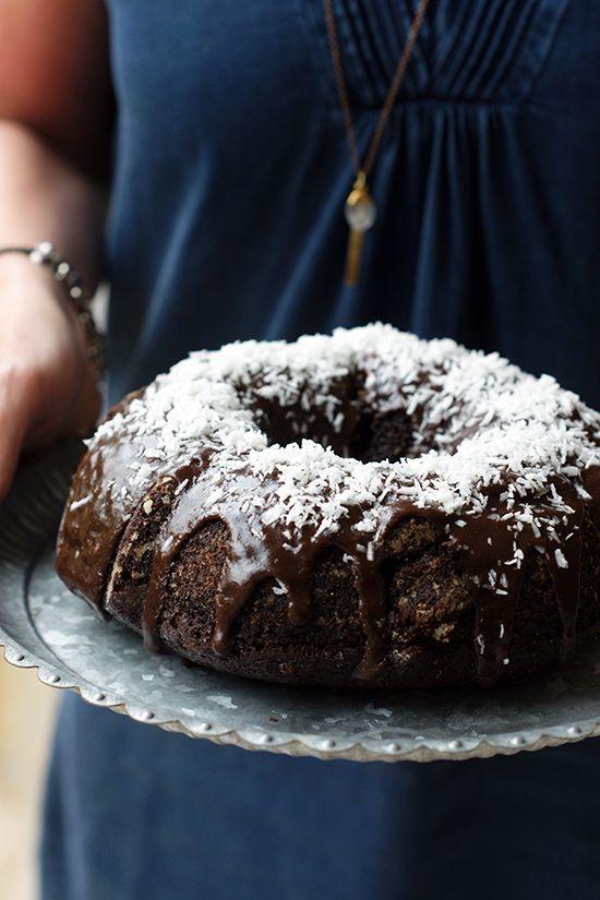 Denna kaka är utan tvekan den saftigaste chokladkakan jag (Monica) någonsin har smakat. Och den är löjligt enkel att göra. Utan att överdriva bakar jag den typ varannan dag. (När barnen har gått och lagt sig sitter jag och Henrik och moffar i oss den när vi tittar på The Handmaids Tale...). Bli in