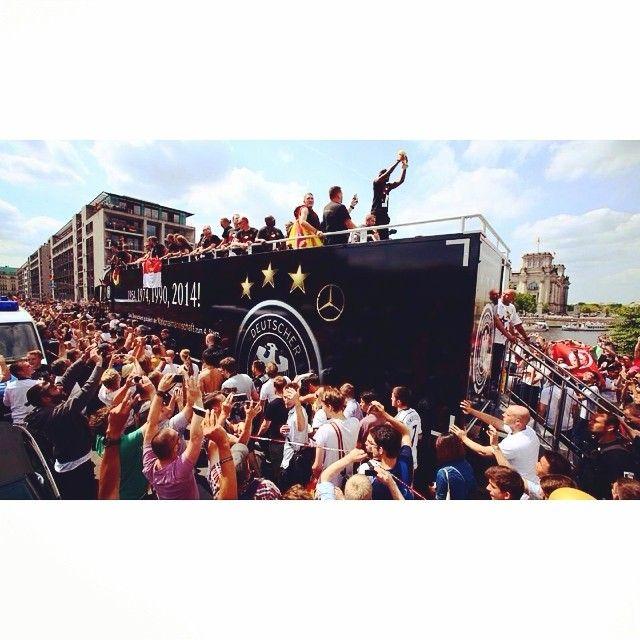 Ancora immagini dalla festa della #Germania a #Berlino per la vittoria della Coppa del #Mondo // More images from #Germany's celebrations in #Berlin for having won the #WorldCup!