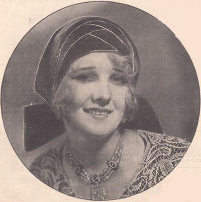 """Miły kapelusik z """"pannę velvet"""". Miękko ułożony, bardzo twarzowy toczek. Oryginalne zakończenie kokardą z tylu, przypomina nam z wyglądu małe dziewczynki z wstążką u warkoczy."""