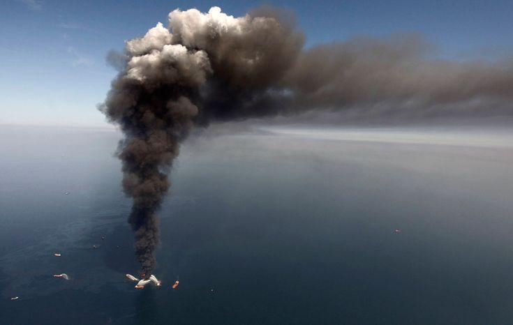 Начало трагедии: береговая охрана США и другие службы пытаются погасить огонь на нефтяной вышке в Мексиканском заливе, 20 апреля 2010 года. (Otto Candies/US Coast Guard Press / CC BY)