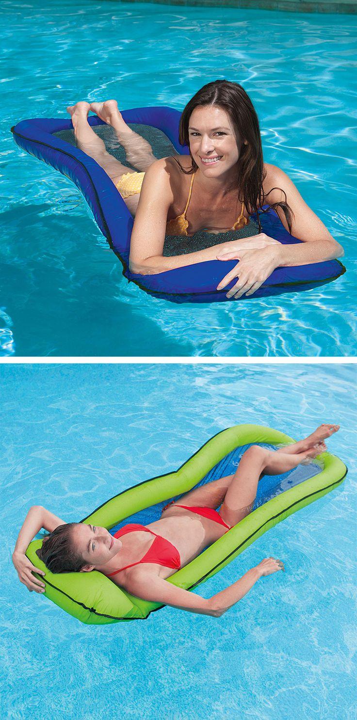 """Wie schwerelos: Mit der """"Mesh Lounge"""" Luftmatratze liegen Sie halb im Wasser und können Ihren Kopf dennoch am integrierten Kissen abstützen. #pool #meer #luftmatratze"""