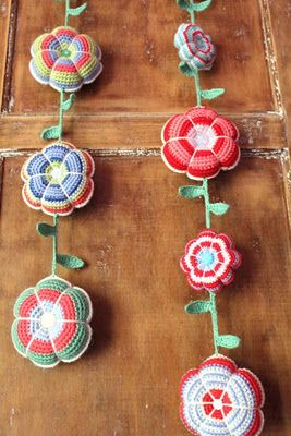 so cuteCrochet Flowers, Crochet Ideas, Flower Garlands, Crochetflowers, Pincushions, Flowers, Flower Crochet, Knits, Crochet Garlands