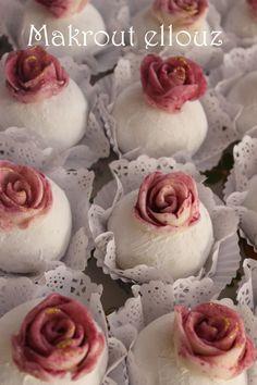Makrout al louz , Gateaux algériens. Bonjour , Voila un des Gateaux algériens traditionel incontournable Makrout elouz un gateau tres fondant a base d'une pate d'amande parfumé au citron enrober du sucre glace c'est un gateau qui a était réaliser pour...