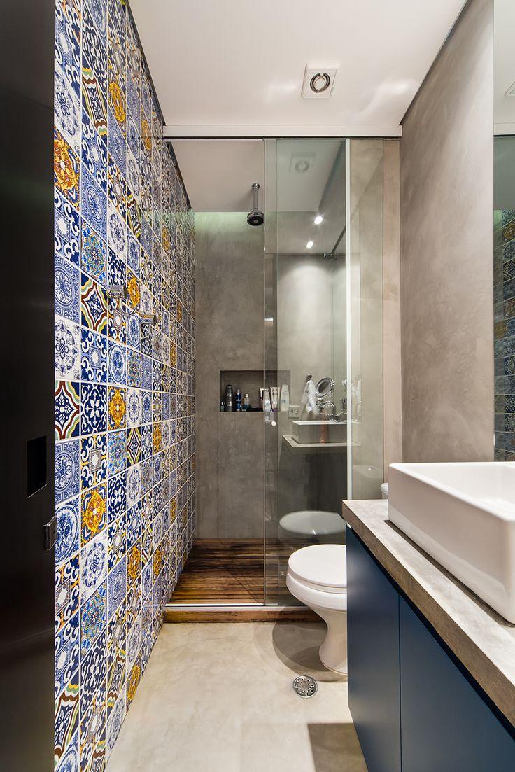 ammmmei! no banheiro azulejos de cemitério revestem as áreas molhadas
