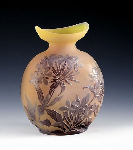 Ovale Vase mit Phlox, Nancy, Frankreich  Artist: Emile Galle Completion Date: 1900 Style: Art Nouveau (Modern) Genre: design