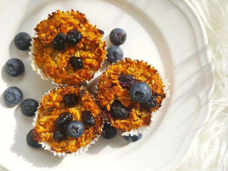 babeczki owsiane. Te muffinki są idealne na śniadanie szczególnie wtedy, gdy potrzebujemy przekąski, którą możemy zabrać ze sobą w drogę. Dziś jadę w rodzinne strony na ślub mojej siostry, więc pomyślałam, że te babeczki świetnie sprawdzą się w podróży. Muffinki robi się bardzo szybko i co najważniejsze – są w nich same wartościowe składniki – pełne błonnika płatki owsiane, bogate w białko jajka i mleko migdałowe. Z poniższego przepisu wyszło mi 20 małych b...