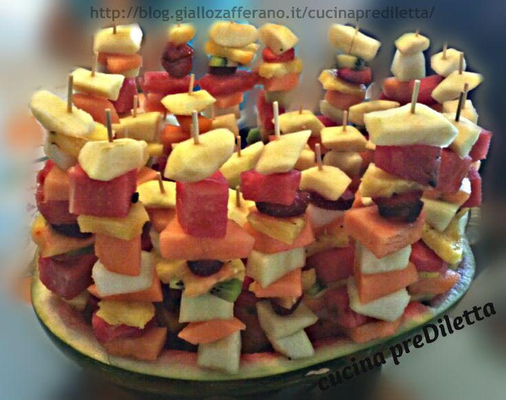 Un'idea per servire la frutta in modo originale ed elegante.Questo trionfo di frutta è una delizia per il palato e la vista:buono,fresco e colorato.