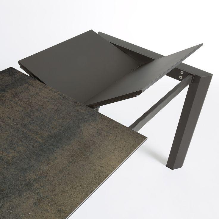 Sobrio e lineare, tavolo allungabile, con un piano in vetro temperato accoppiato con gres finitura in ceramica. Un materiale innovativo, forte e resistente