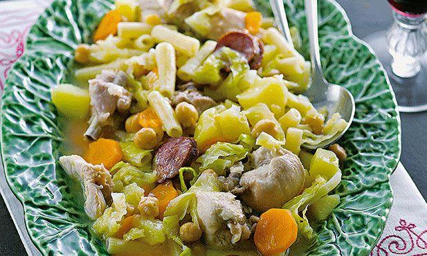 Rancho simples, uma mistura de couve, massa, grão e batata. Experimente preparar esta receita no fim-de-semana.
