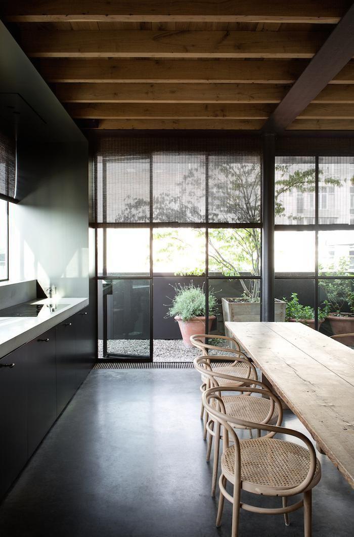 poutres apparentes, salle à manger contemporaine avecgrandes portes vitrées