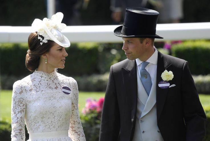 Parte il Royal Ascot, l'imperdibile  appuntamento nella cittadina inglese per gli appassionati di galoppo. A fare da cornice alle corse di cavalli abiti dai colori accesi e soprattutto copricapi stravaganti. E nel pomeriggio del primo giorno arrivano anche i reali:  Kate, la duchessa di Cambridge (Getty Images)