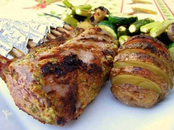 Carré d'agneau à la moutarde sur le barbecue - Plume et fourchette