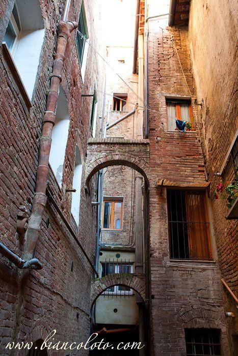Сиена. Средневековый трубопровод Сиены (на фото слева сверху).