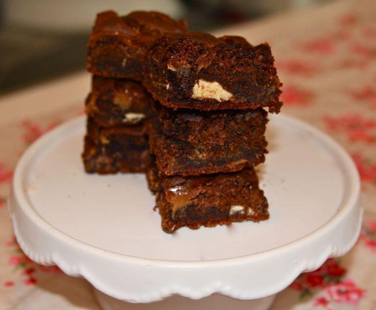 Disse browniesene er så saftige, seige, myke og fulle av smak at du ikke vil dele dem :) De er fylt med karamell og biter av hvit sjokolade….NAM! Brownies er noe av det letteste du kan vispe sammen, trikset er bare og ikke steke dem for lenge slik at de er seige og saftige inni....