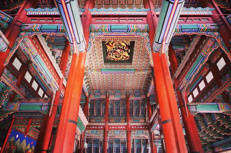 The traditional architecture in Seoul is filled with beautiful aesthetics of Korean culture. Here is an inside look of Geunjeongjeon, the central building of Gyeongbokgung Palace.⠀
